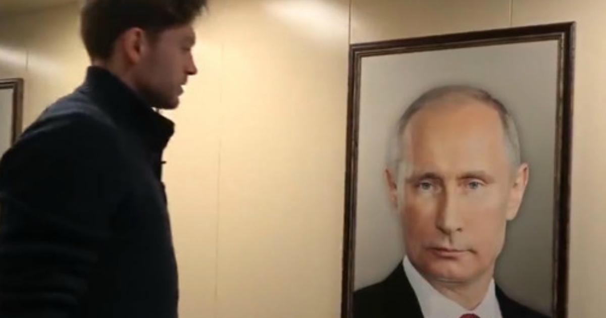 Фото В московском лифте сняли реакцию жильцов на портрет Путина