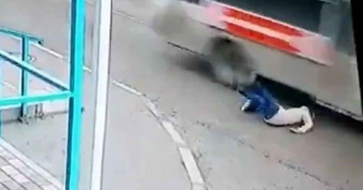 Фото В Азове женщина чудом спаслась, упав под колеса автобуса