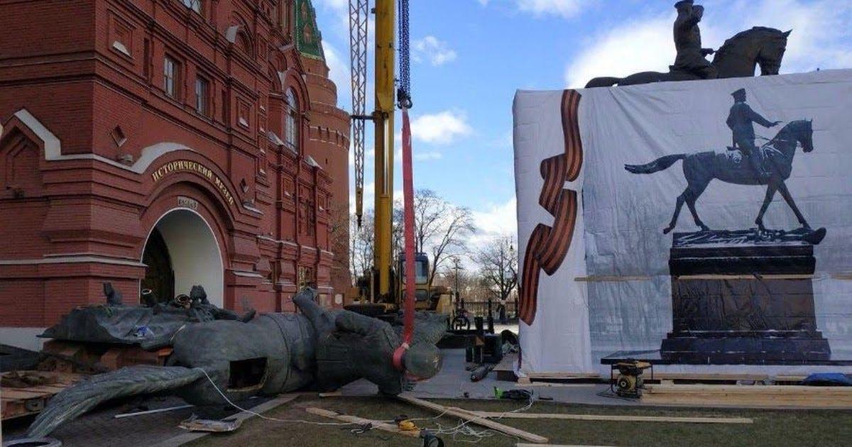 Фото В Москве внезапно подменили памятник Жукову. Что происходит?