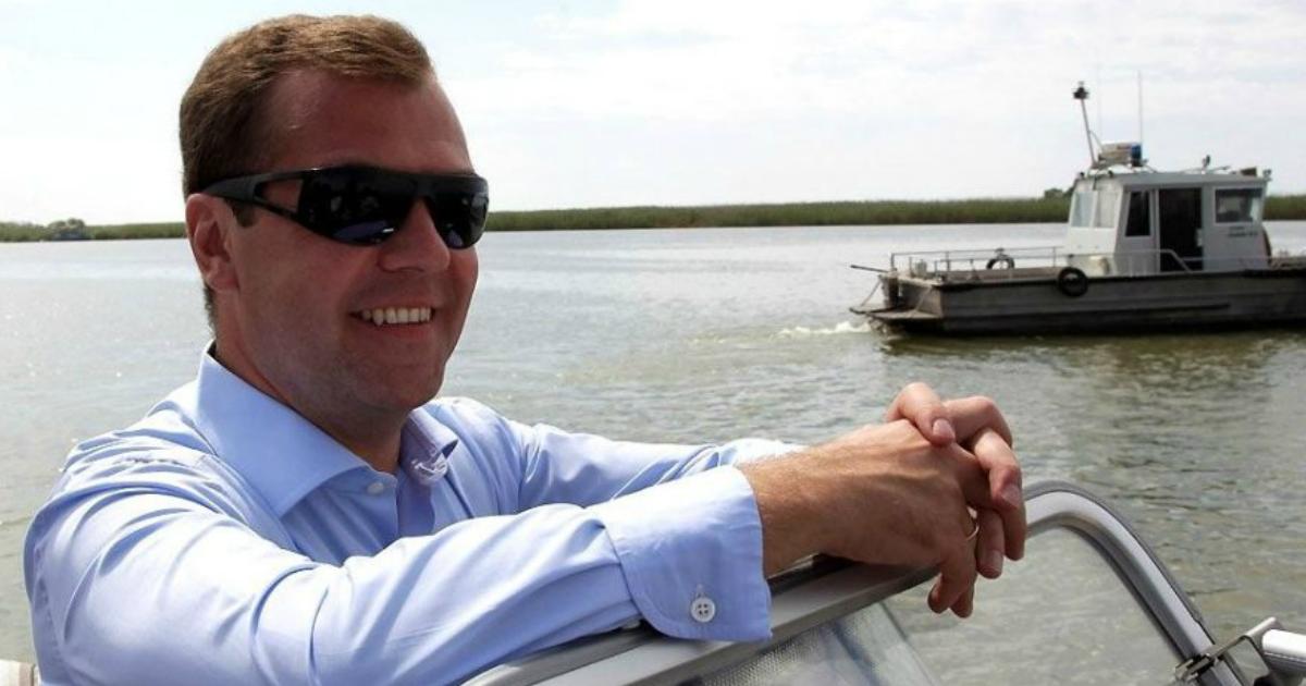 Фото Медведев отдыхает на секретном острове на Волге и рыбачит - расследование