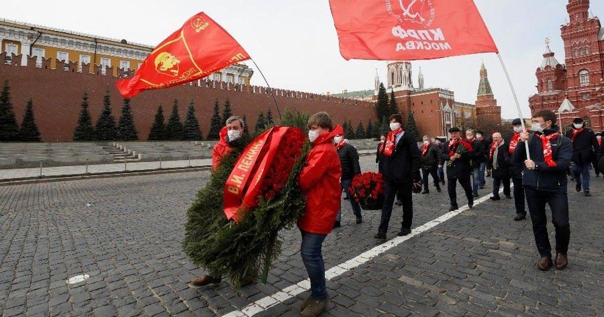 Фото Ленина не изолируешь. Коммунисты принесли цветы к мавзолею в честь юбилея