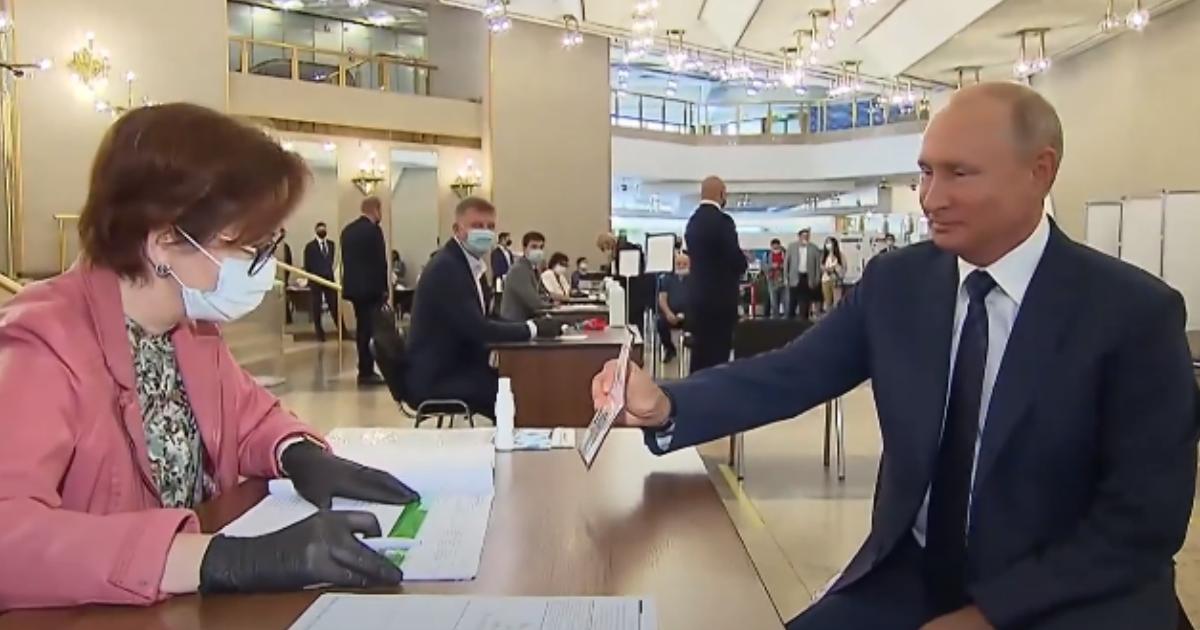 Фото Одноразовая ручка: как Путин голосовал по поправкам в Конституцию