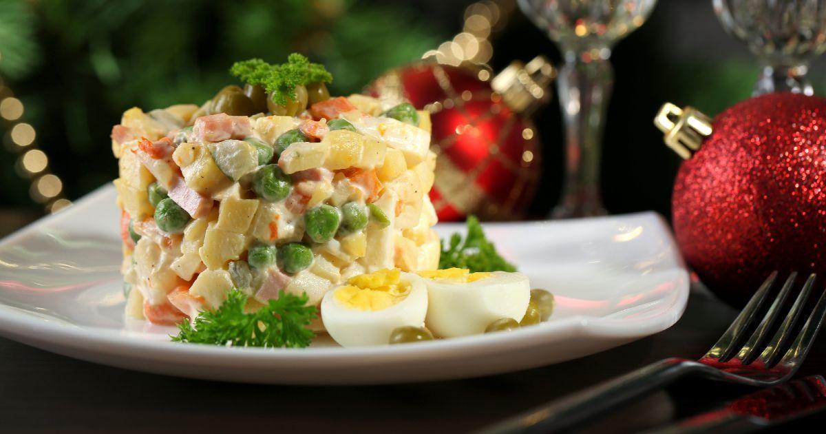 Фото Салат «Оливье» — рецепт. Классический рецепт салата «Оливье». Кто придумал салат «Оливье»