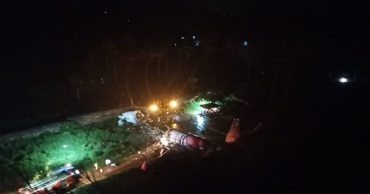 Фото В Индии самолет развалился на части после неудачной посадки