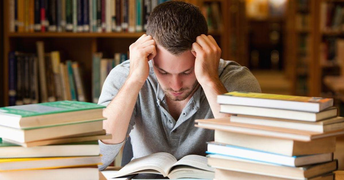 Фото Отчисленный студент попытался засудить автора своей дипломной работы