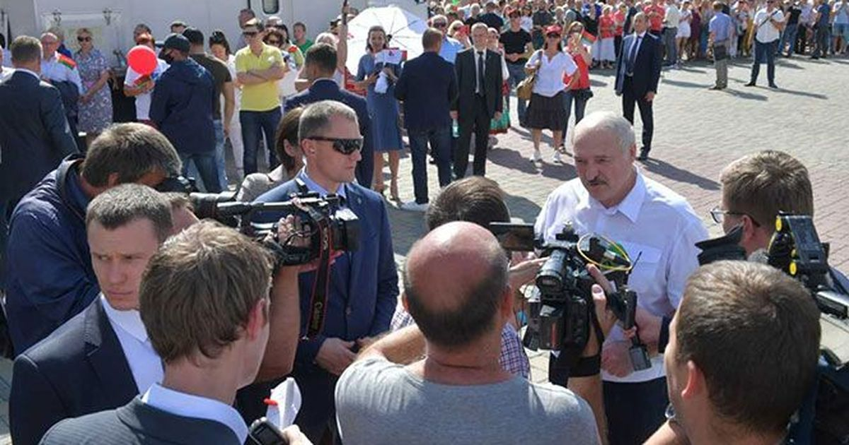 Фото Лукашенко пригрозил протестующим студентам армией