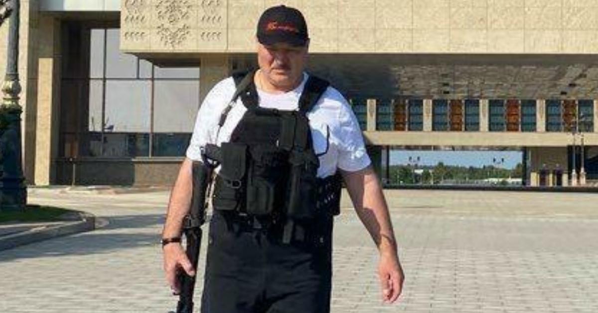 Фото Лукашенко вышел с автоматом в руках из своего дворца в день рождения