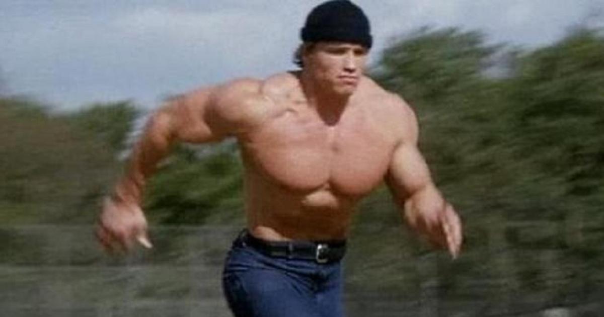 Фото Мем с бегущим Шварценеггером в шапке. Откуда он взялся и что означает?