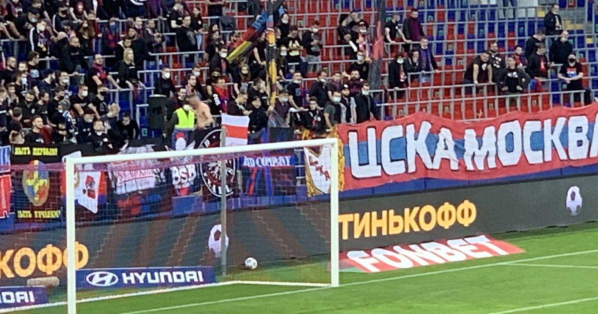 Фото Фанату ЦСКА на год запретили посещать матчи за флаг белорусского протеста