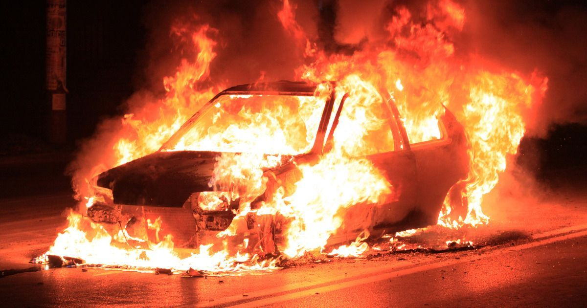 Фото Туристка подожгла 11 автомобилей в Сочи