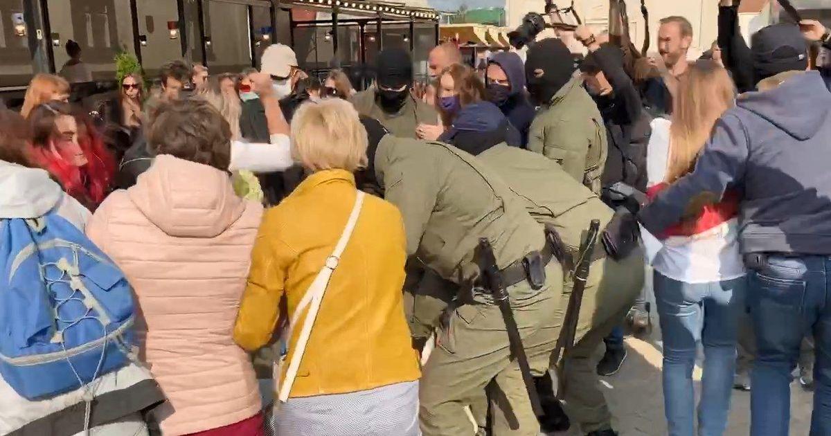 Фото В центре Минска ОМОН задерживает участниц