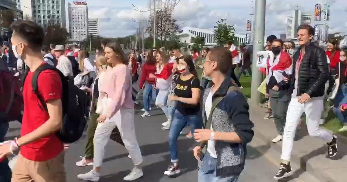 Фото В центре Минска проходят акции протеста, стянута спецтехника и военные