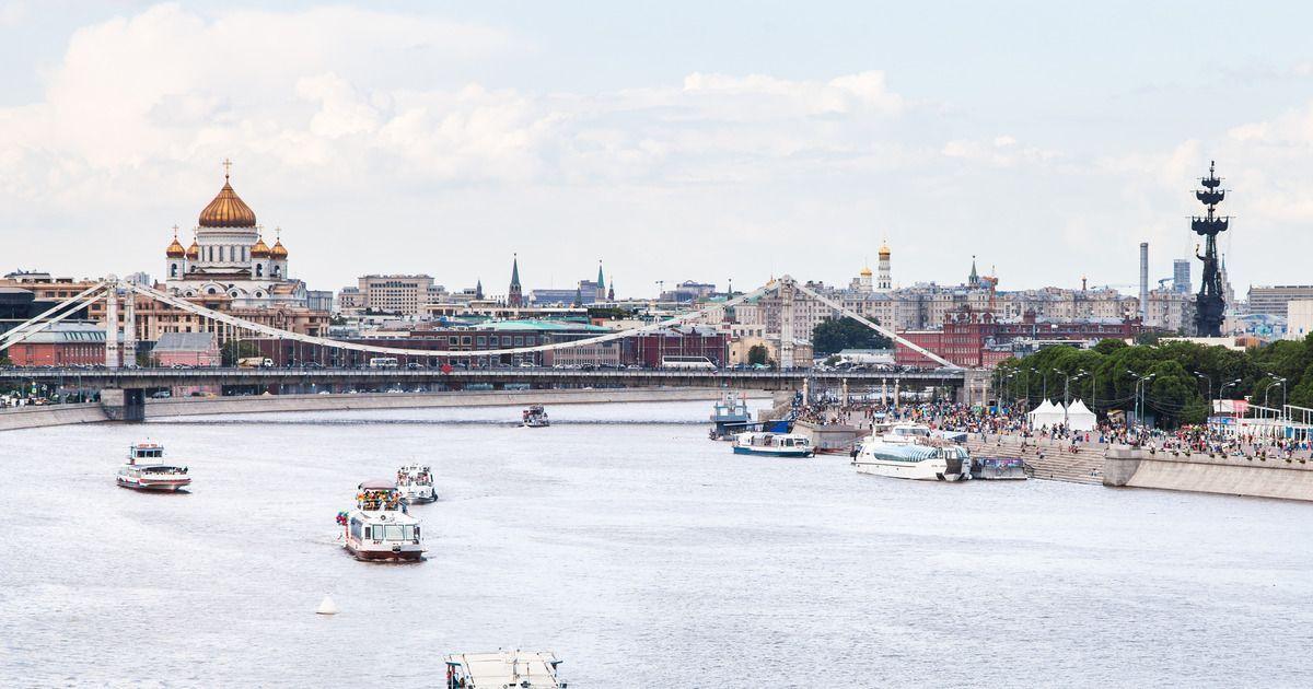 Фото Баржа повредила Крымский мост в Москве