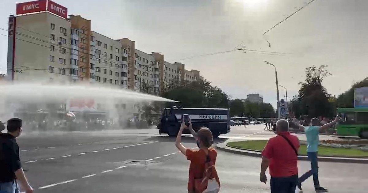 Фото В Минске во время акции оппозиции сломался полицейский водомет