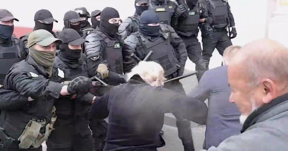 Фото Силовики брызнули слезоточивый газ в лицо пожилым людям в Гомеле