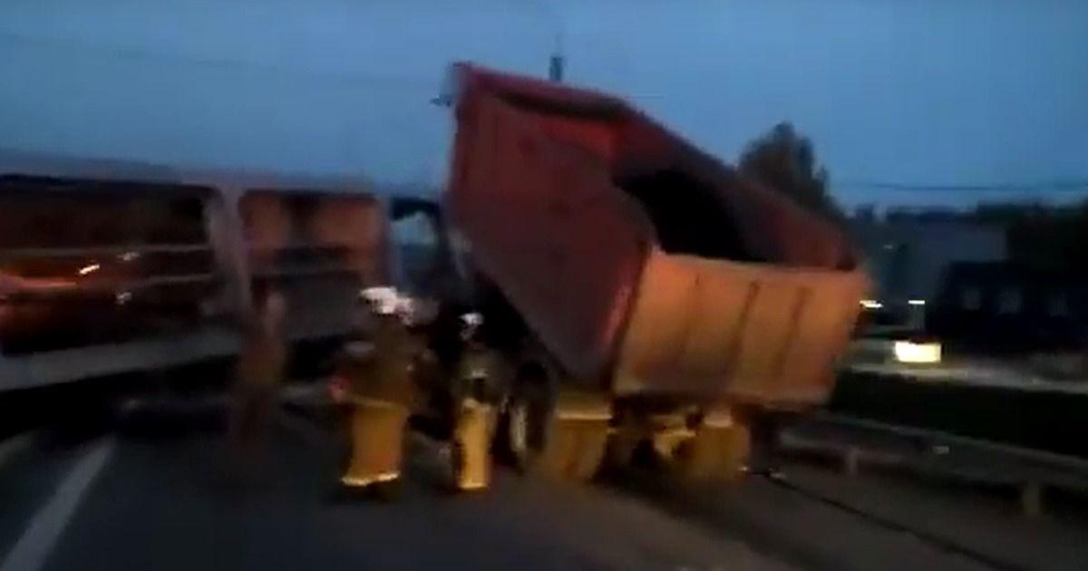Фото Надземный переход рухнул на федеральной трассе М-5 под Екатеринбургом
