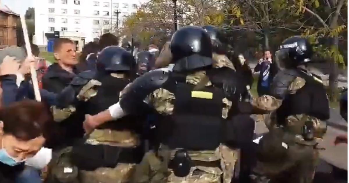 Фото ОМОН впервые применил силу против мирно протестующих в Хабаровске