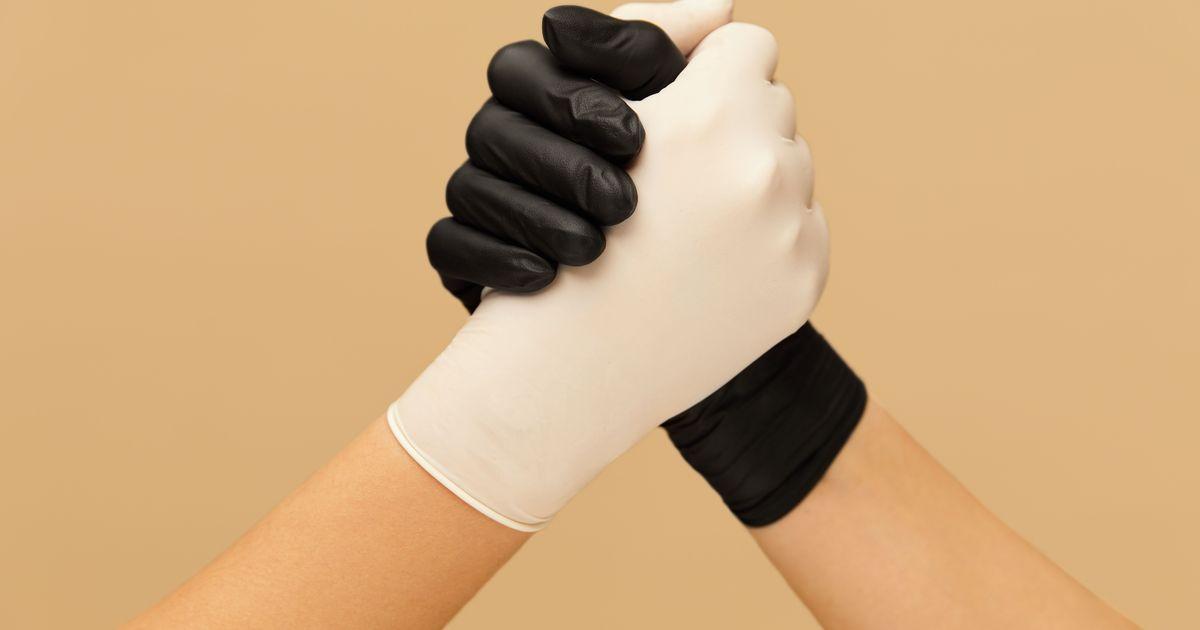 Фото СПЧ попросил Роспотребнадзор обосновать необходимость перчаток в общественных местах