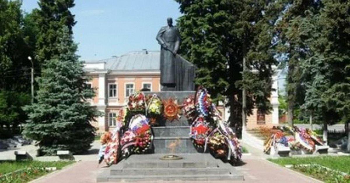 Фото СК установил факт осквернения подростками в Ельце мемориала воинам ВОВ