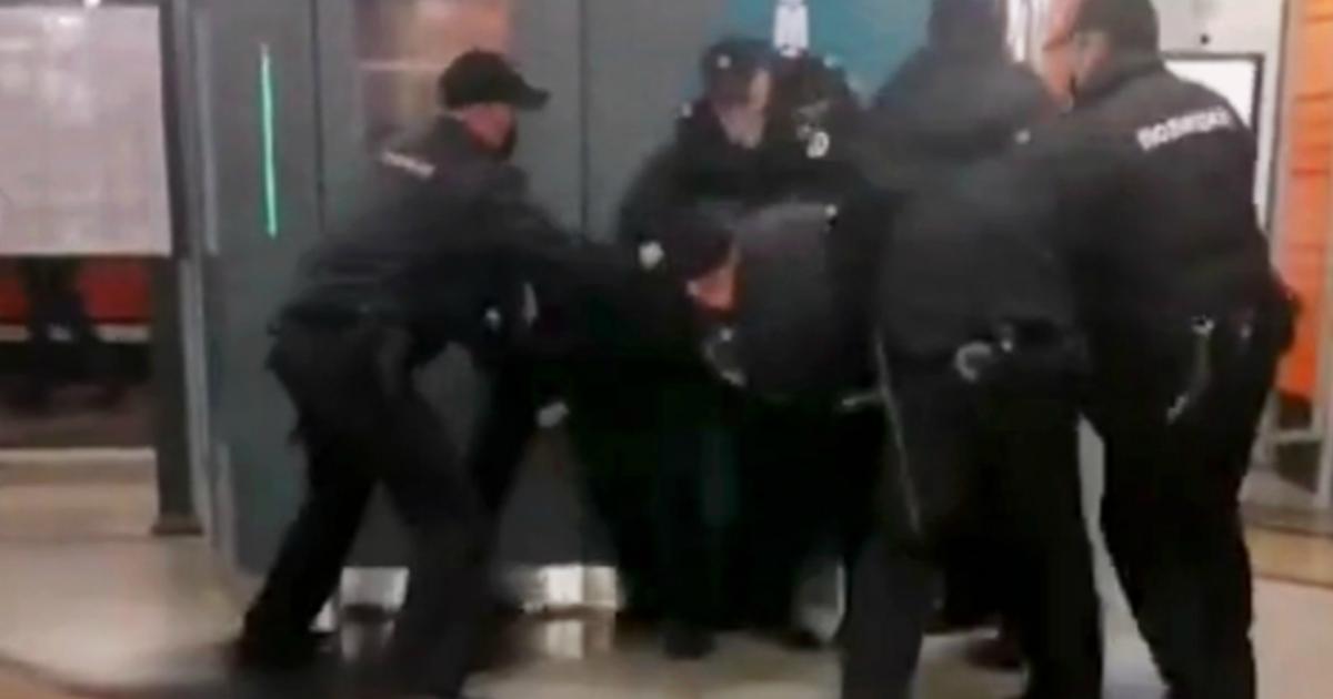 Фото Пассажира жестко задержали в метро Петербурга за отсутствие маски
