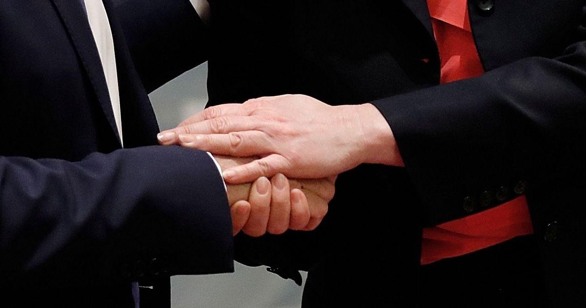 Фото Мусульманину отказали в европейском гражданстве за отказ пожать руку женщине