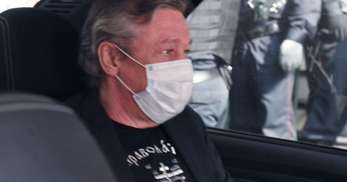 Фото Ефремов принес на новый суд чемодан денег для выплат потерпевшим