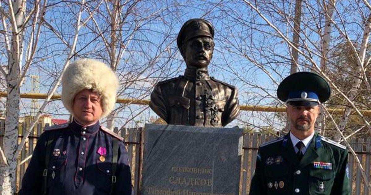 Фото В оренбургском селе на улице Чапаева поставили памятник «победителю» красного комдива