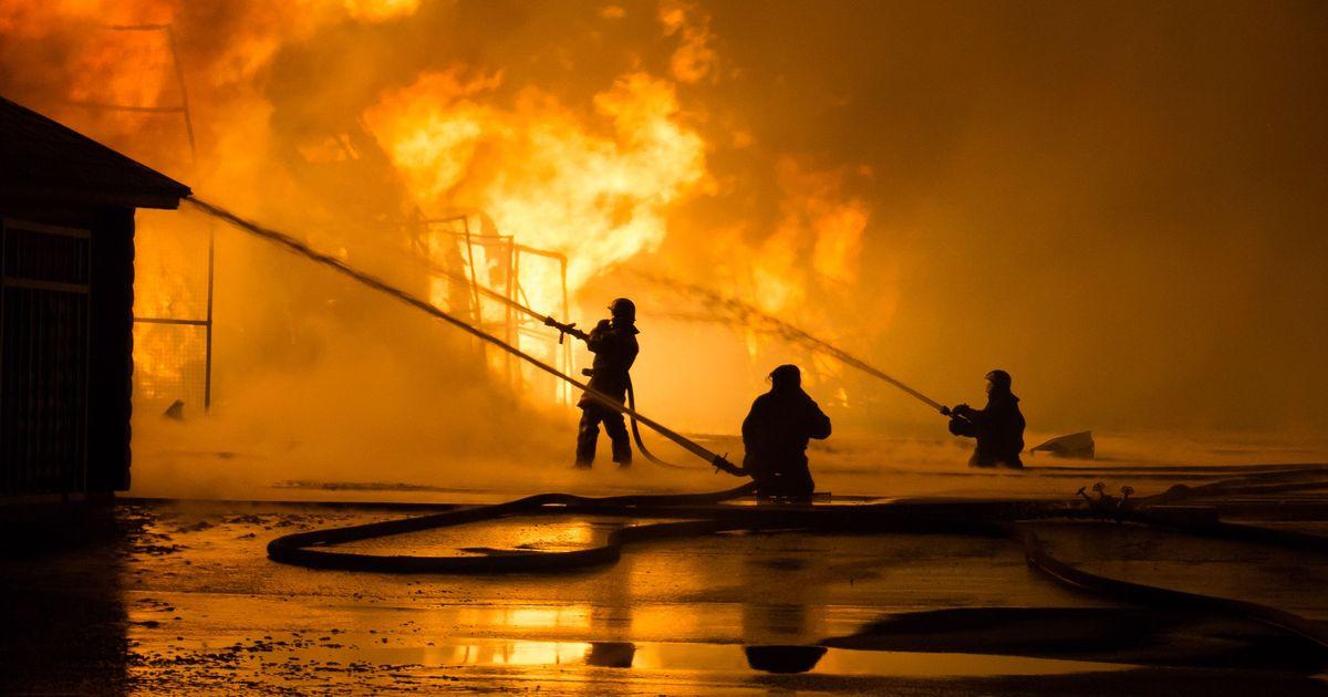 Фото Три человека погибли в результате пожара в заброшенном здании на Алтае