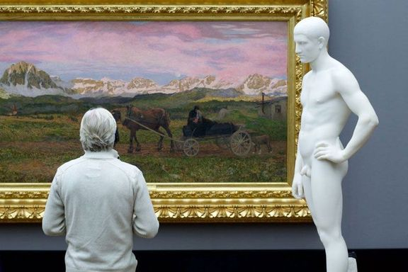people matching painting they are looking at stefan draschan 4 25 Times People Matched the Painting They Were Looking At
