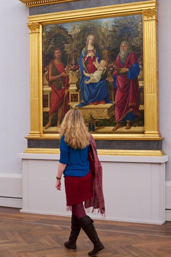 people matching painting they are looking at stefan draschan 5 25 Times People Matched the Painting They Were Looking At